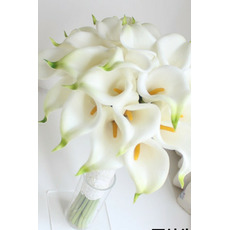 La sposa detiene una mano di ragazza del fiore del fiore della damigella giglio del calla di simulazione