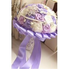 Viola tema matrimonio sposa bouquet rose perle diamante mano prendere fiori