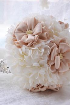 Il bouquet di nozze all'aperto azienda di nozze di nozze in possesso delle disposizioni di nozze