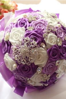 Il nastro della sposa ha aumentato della holding del nastro a nastro di colore della perla di colore